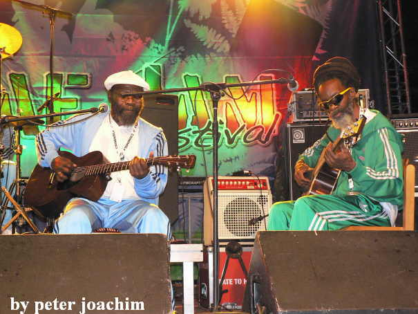 Clinton Fearon and Earl Chinna Smith bei Inna De Yard Allstars